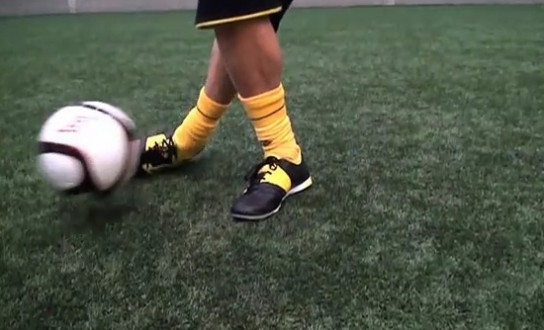 Как правильно набивать мяч на ноге видео инструкция