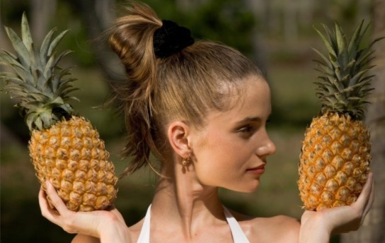 женщина ласкает как быстрее дозреть ананас знают все сексе