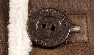 Оценка мелких деталей дубленки — пришитые пуговицы