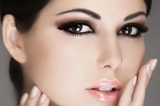Если глаза накрасить ярко, то губы лишь слегка