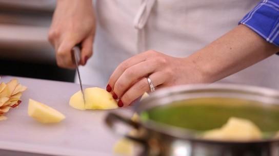 Этап приготовления пюре яблоки нарезают на куски