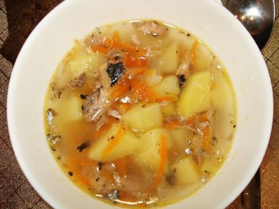Приготовить суп из риса и сайры